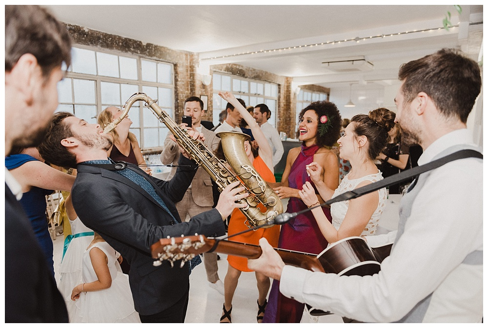 Roaming wedding band